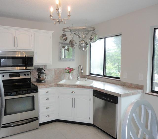 Small Kitchen Design Ideas Kitchen Transitional With Built: Кухня пред прозореца - удобство на естествена светлина