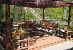 Беседка с цветен покрив и градински мебели от дърво