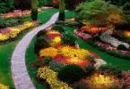 Алея обградена от красиви цветни острови