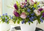яйца и ваза цветя за великденска украса