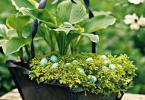 украса великден зелена саксия с яйца