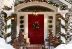 Новогодишна декорация на стълбичките пред входната врата