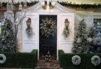 Коледната украса е немислима без окаченият зелен венец на входната врата