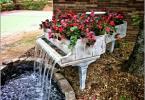 Старо пиано превърнато в градински фонтан