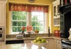 Красива кухня рустик стил с мраморни плотове и мивка пред прозореца