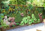 Плътно изрисувана ограда