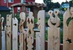 Дървена арт ограда с оформени фигури