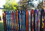 Ограда направена от изправени стари ски