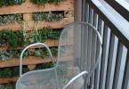 Озеленяване на тераса с използване на палет като поставка