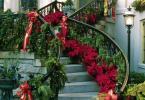 Кокетно стълбище натруфено с зеленина декорирана в червено