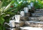 Оригинална идея за стъпаловидно шадраванче от градински лейки