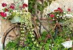 Старият велосипед като поставка за саксии с цветя