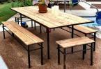 Обикновенна трапеза на открито от сгъваеми маса и пейки