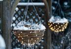 Коледна украса от окачени кошници обвити в светещи лампички