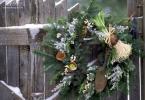 Зелен венец леко уркасен и закачен на оградата