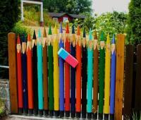 Готина идея за ограда приличаща на цветни моливи